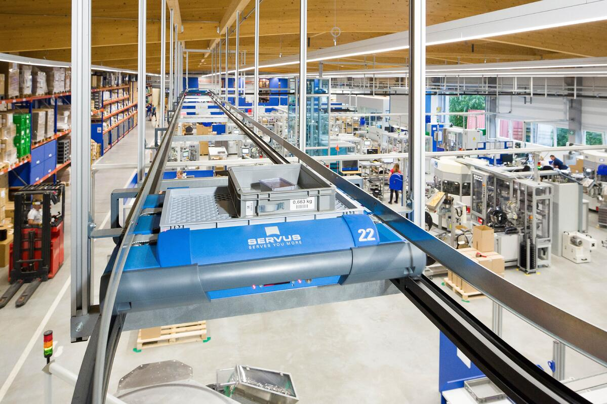 Servus in der Produktionshalle